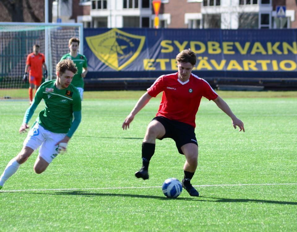 en fotbollsspelare skyddar bollen