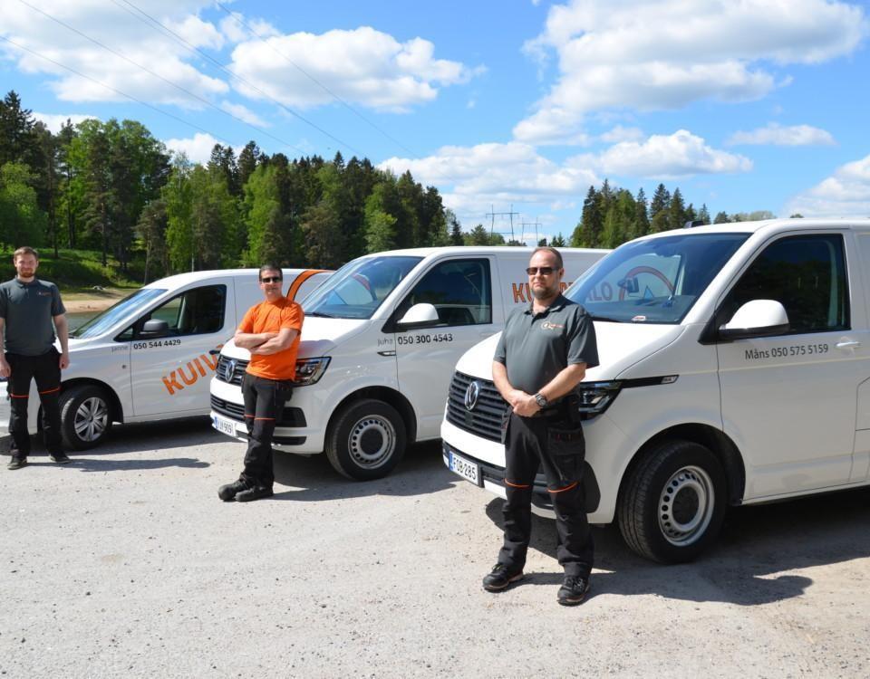 tre män vid sina skåpbilar