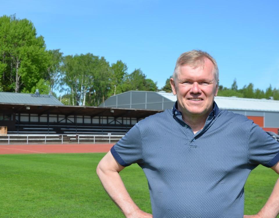 en man står på en idrottsplan