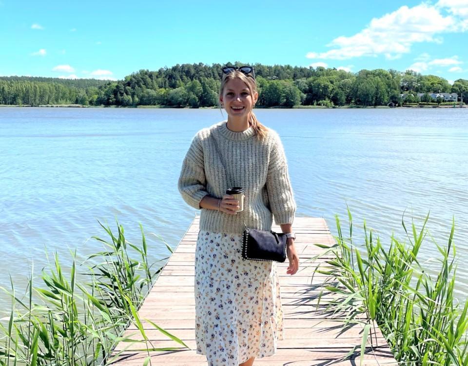 kvinna på en brygga och gräs och hav