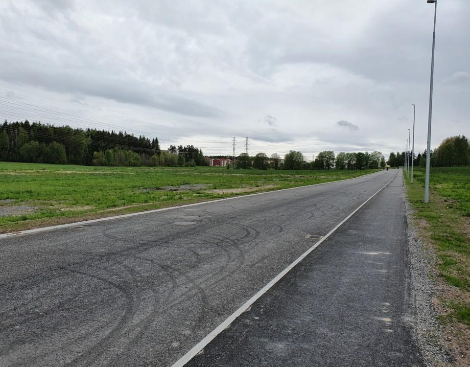 Bild på tom, nybyggd gata.