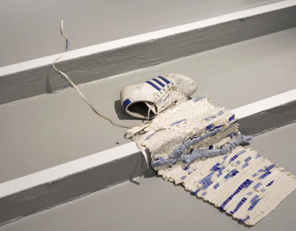 ett konstverk med en sko och en matta