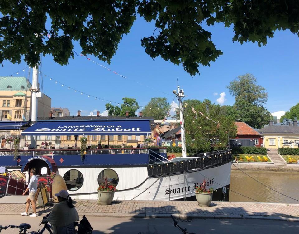 en restaurangbåt i solsken