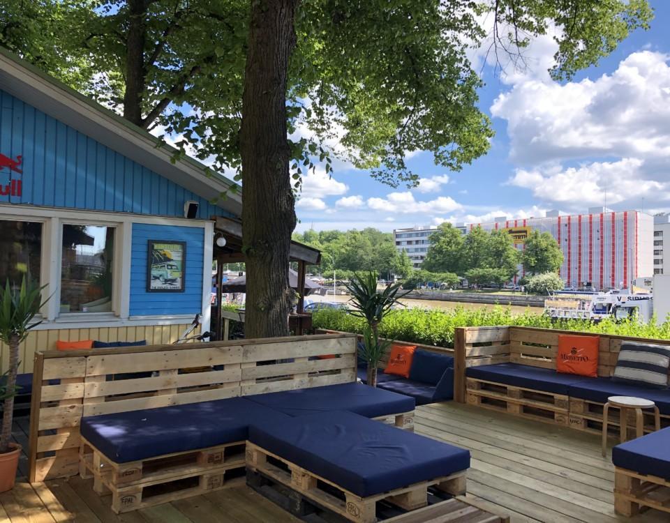 uteservering och blått hus