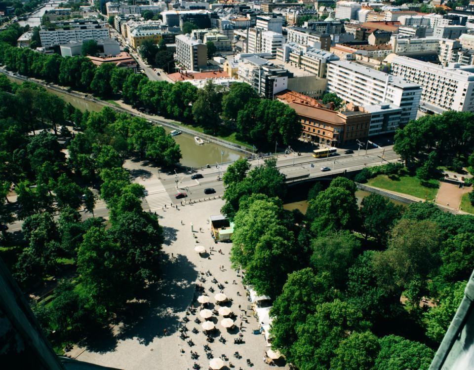 En uteservering fotograferad högt uppifrån, med bred utsikt över staden.