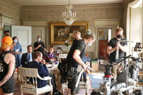 Inspelning inne i Brinkhalls huvudbyggnad. Skådespelare och kameramän springer huller om buller.