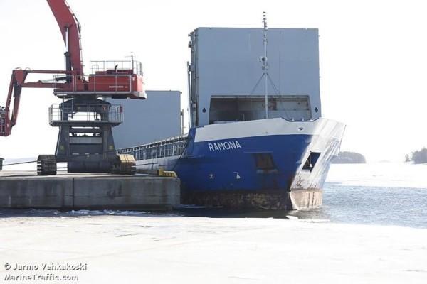 ett fartyg i hamn