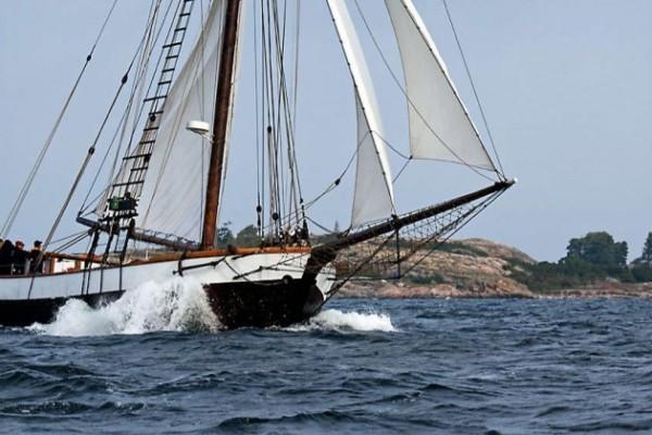 en gammal segelbåt på havet