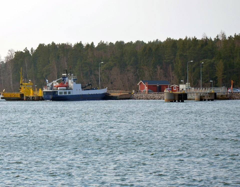 en färja och en förbindelsebåt i en hamn