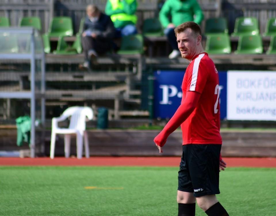 en fotbollsspelare i rött