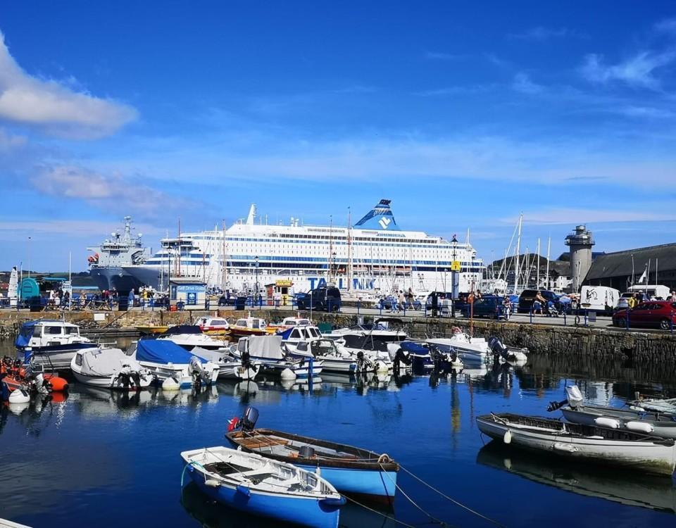 fartyg och små segelbåtar i en hamn