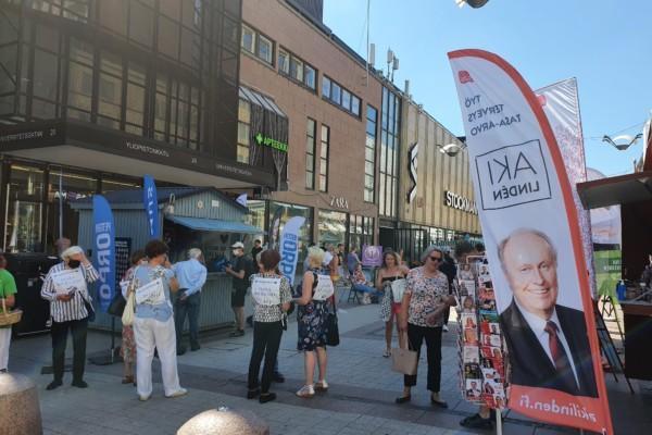 valgatan gågatan i Åbo med valreklam, Saml och SDP