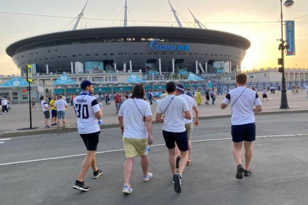 fotbollsfans utanför en arena