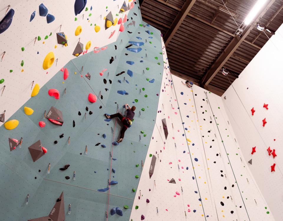 klättrande man