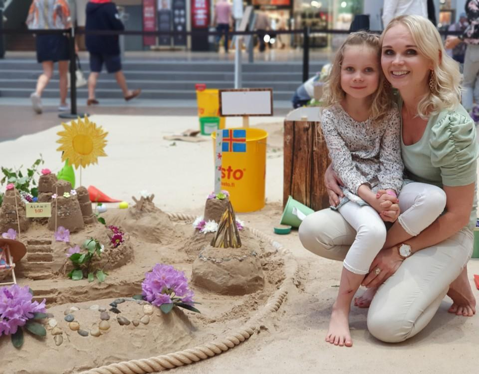 mor och dotter har byggt sandslott