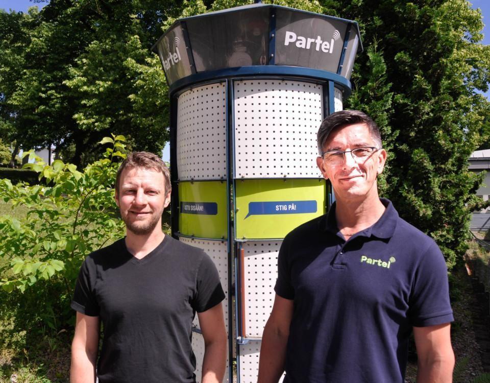 två män står i solen