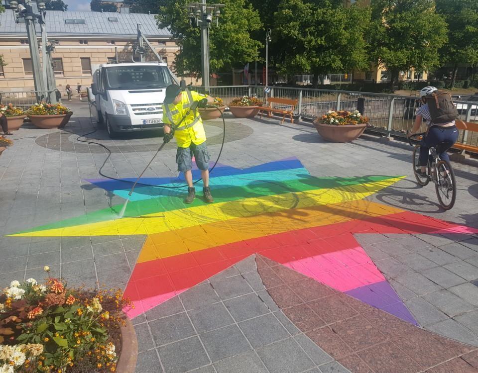 en bro och regnbågsfärgad stjärna och en man