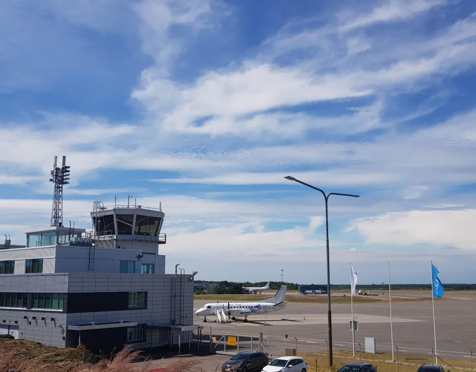 ett flygfält och blå himmel