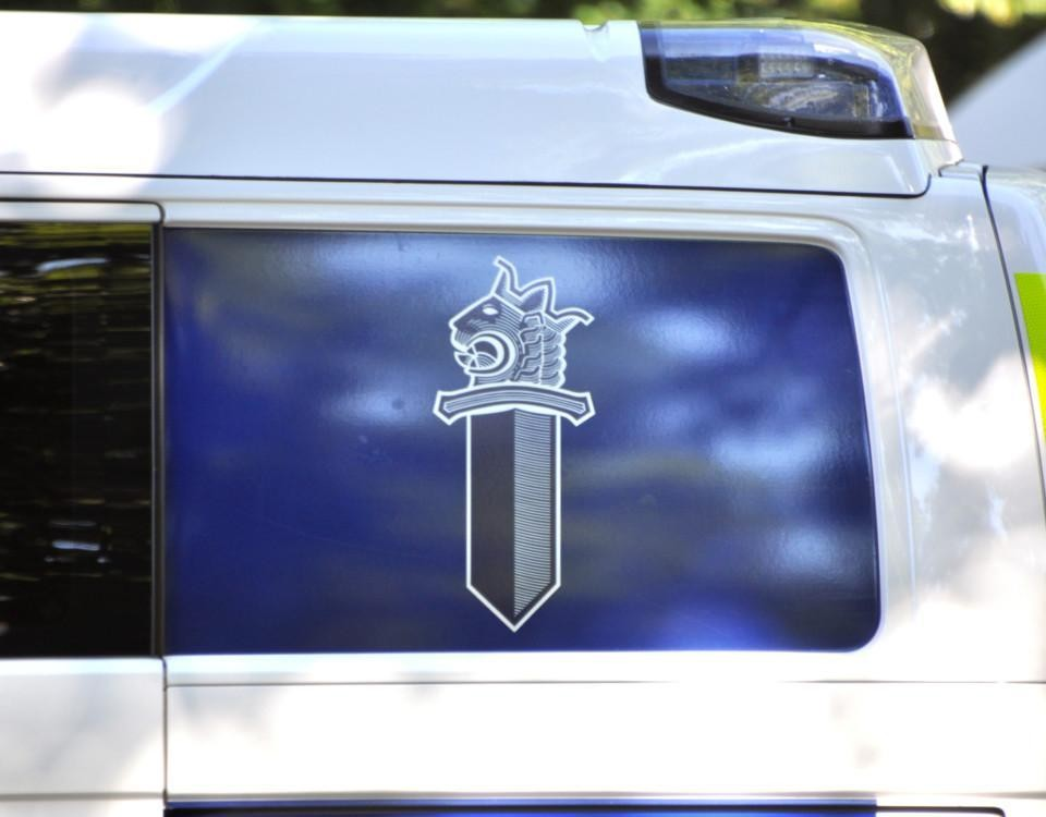 En polisbils fönster.