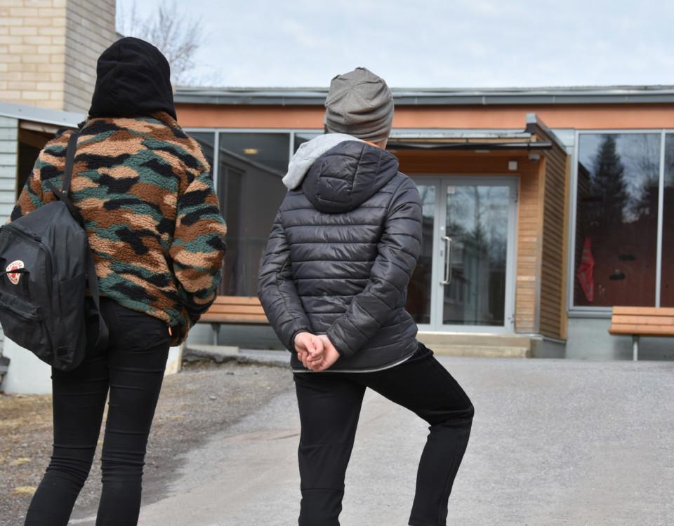 skolbarn med ryggarna mot kameran