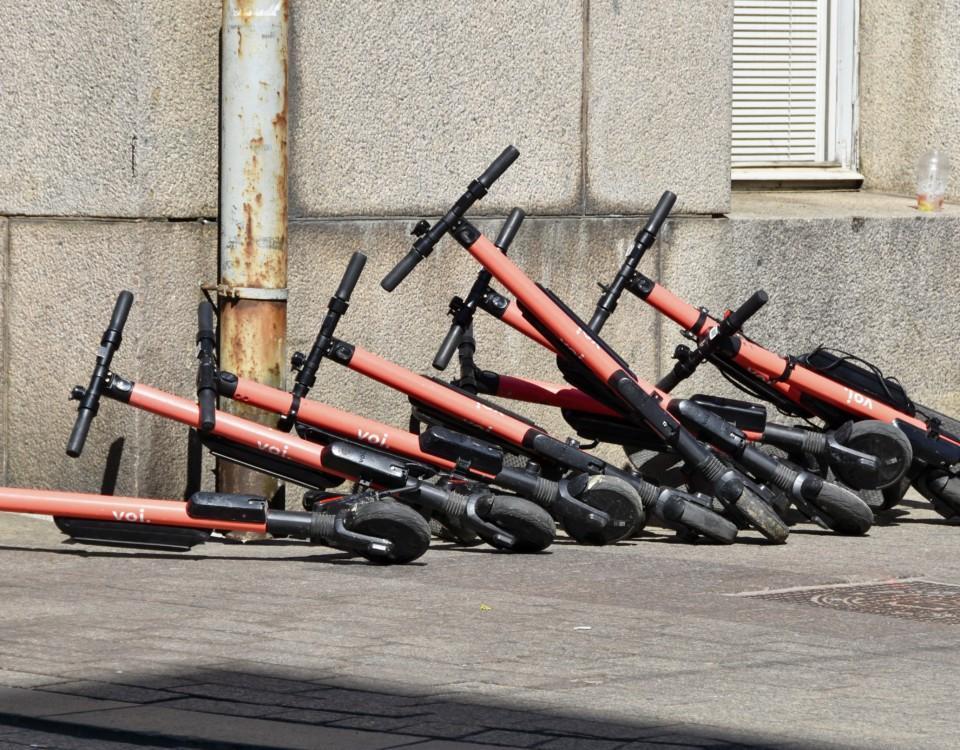 Omkullfallna elsparkcyklar på rad.