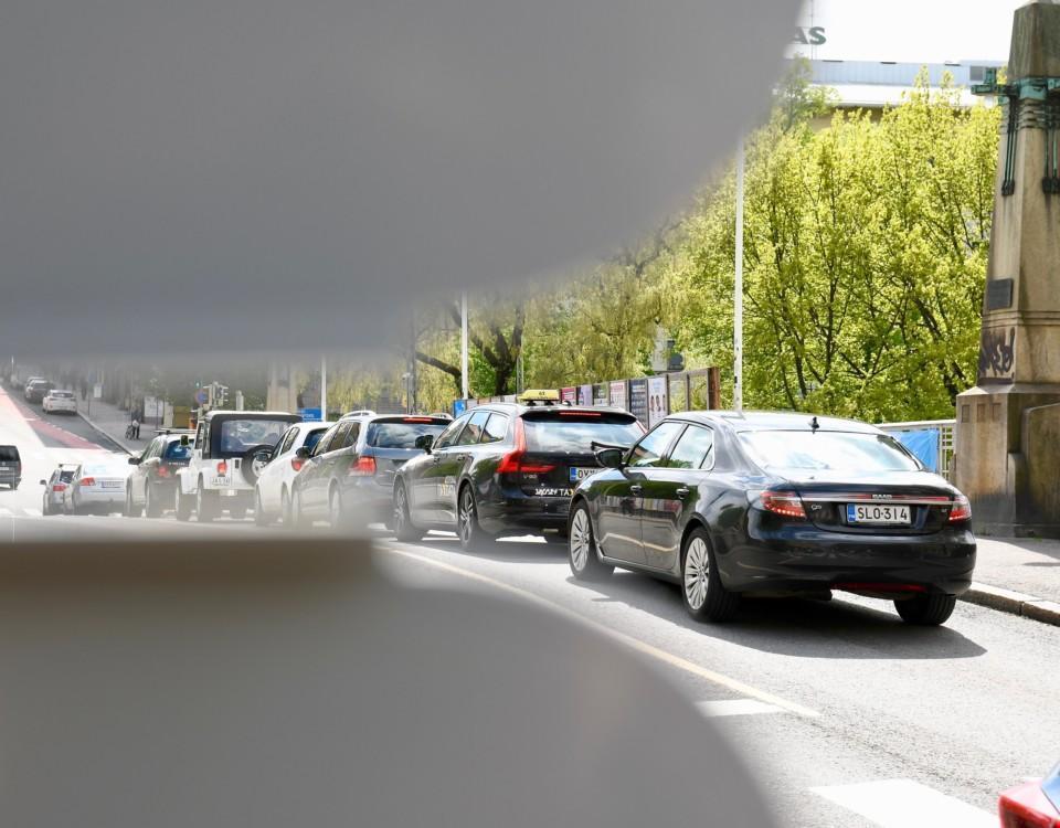 Bilar på bro.