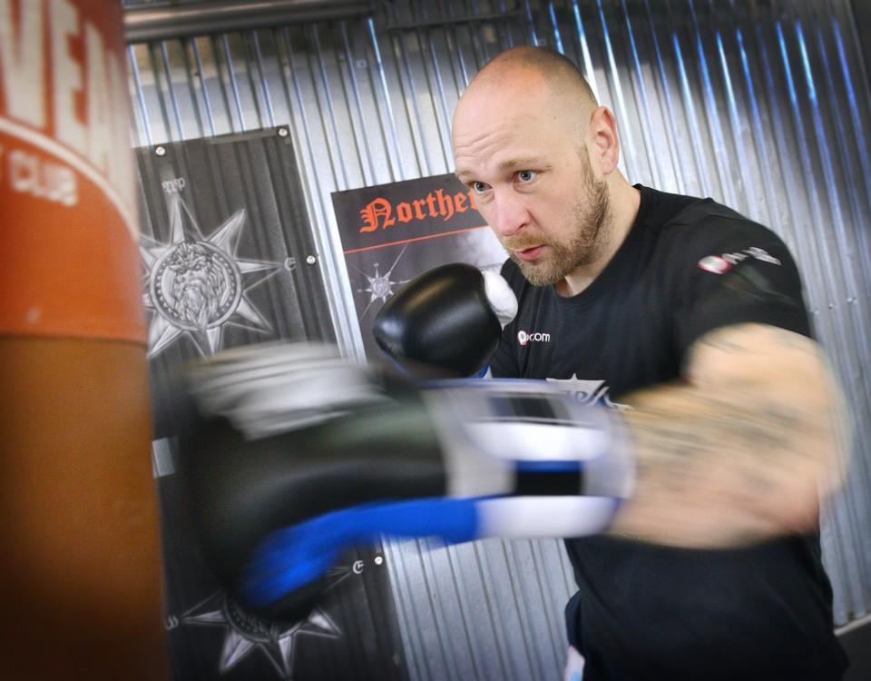 En man slår på en boxningssäck.