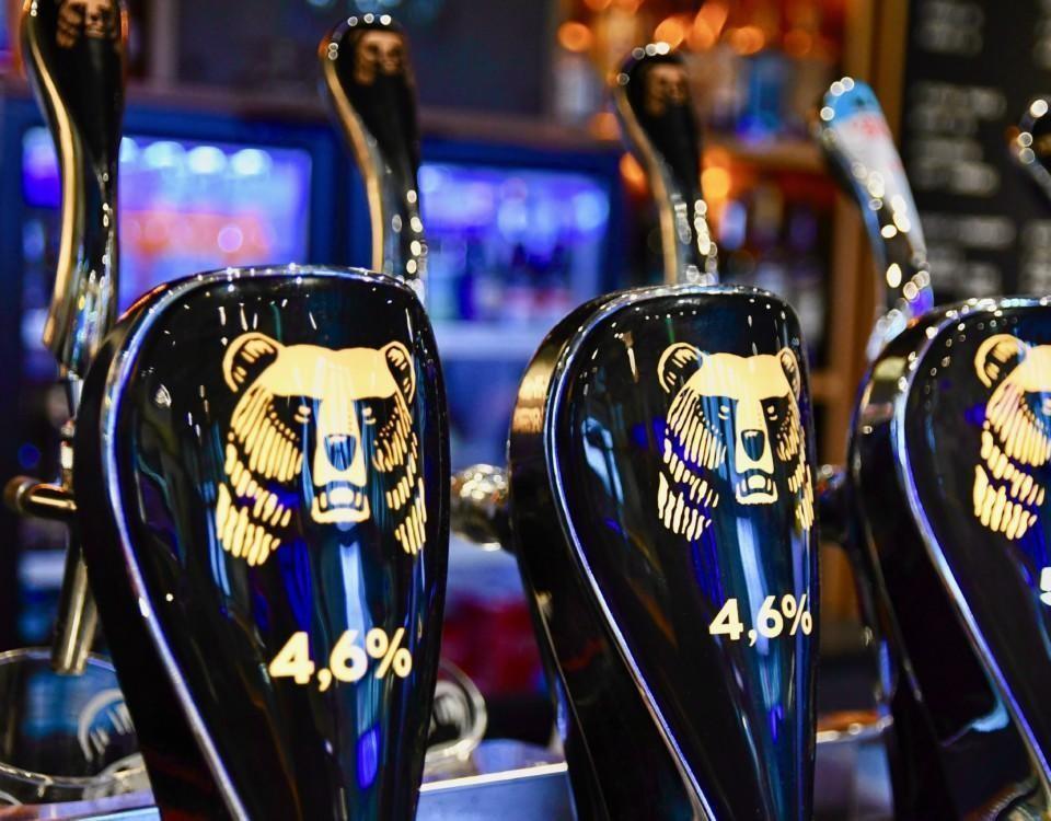 Ölkranar på bar.