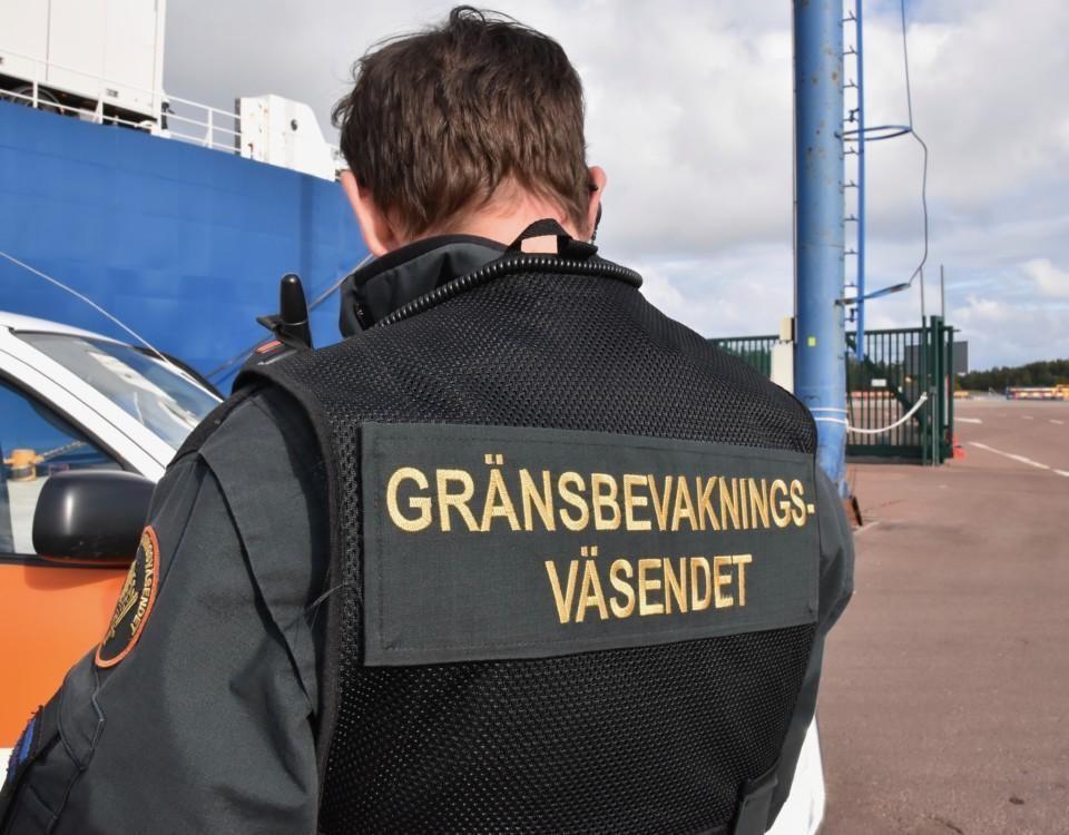 En man i uniform med texten Gränsbevakningsväsendet.
