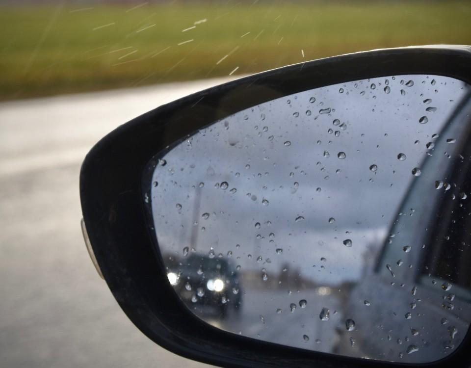 En sidospegel på en bil.
