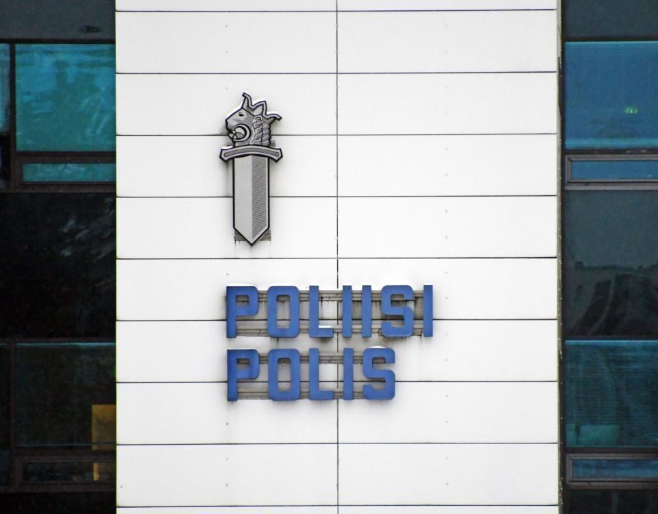 """Skylt på vägg med texten """"Poliisi - Polis"""""""