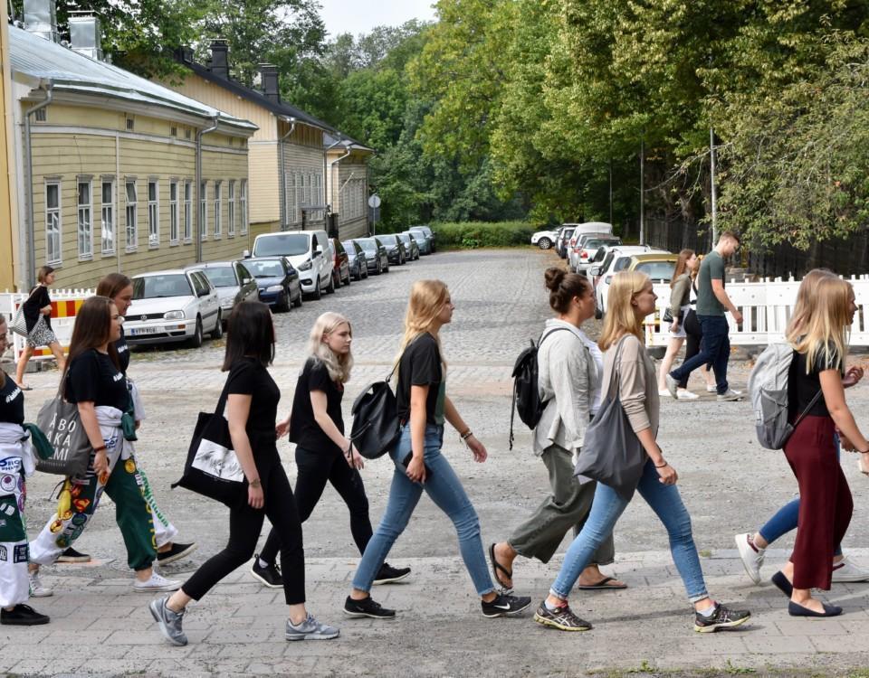 Människor går på en gata.