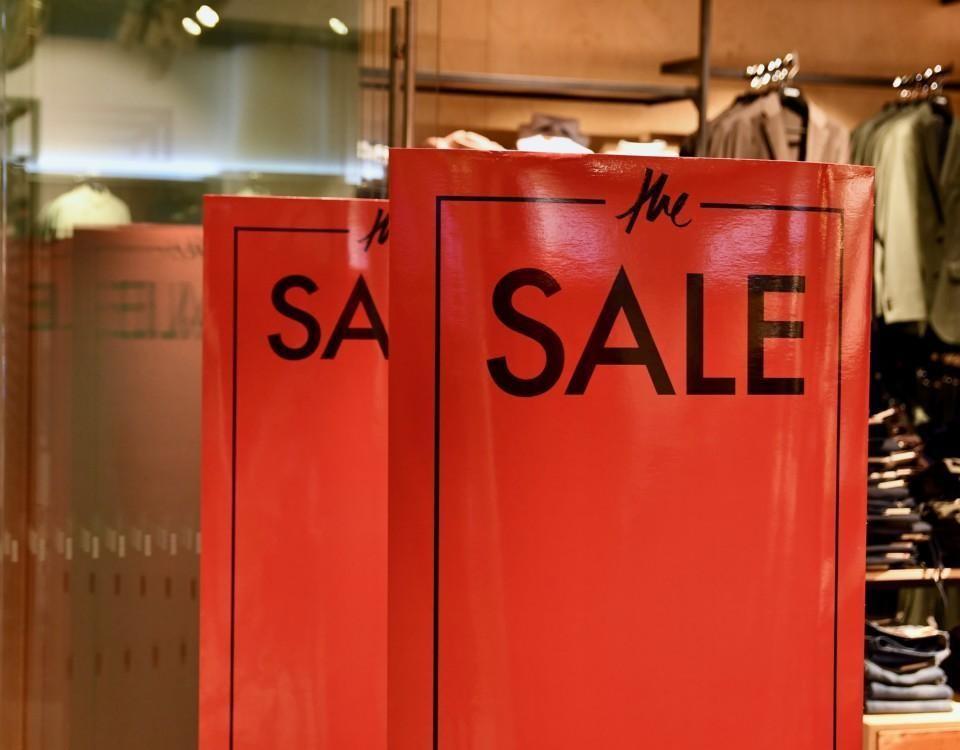 En skylt med texten Sale (på svenska rea) utanför en klädaffär.