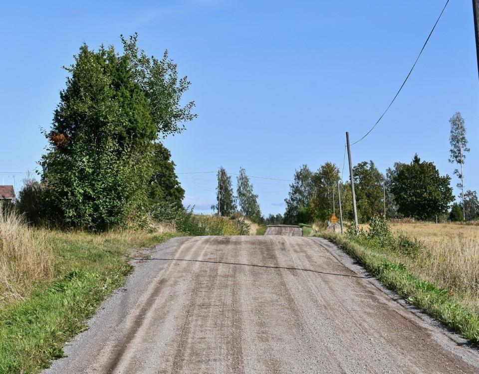 En grusväg på landsbygden.
