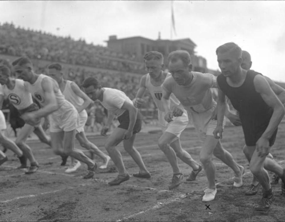 Ett svarvitt foto föreställande löpare.