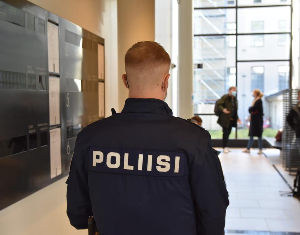 En polis med ryggen till