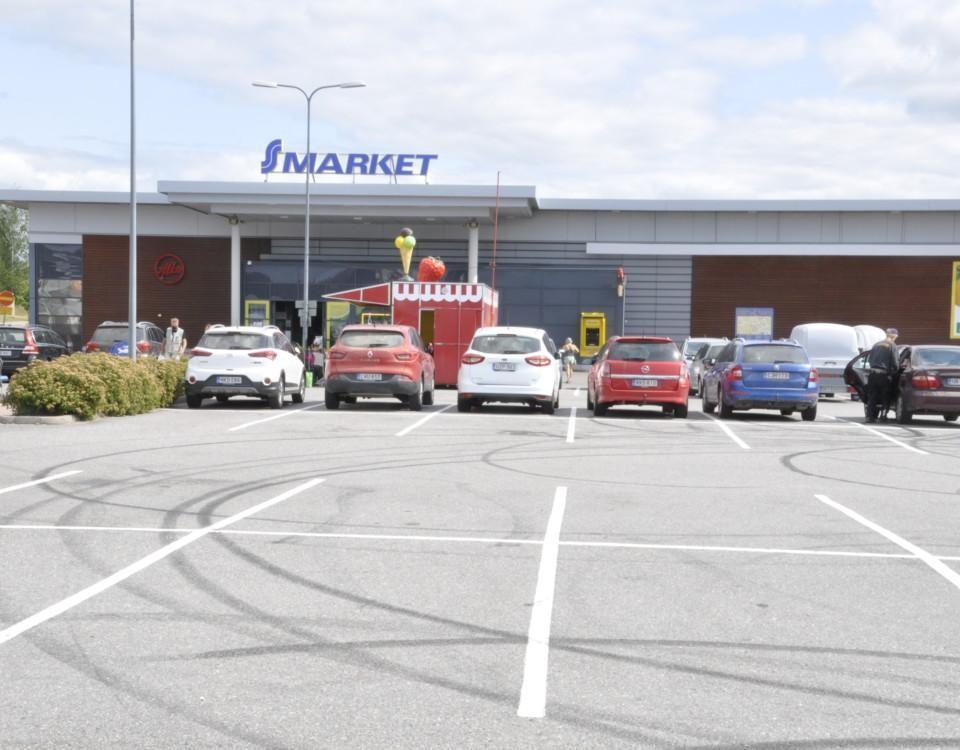 större parkeringsplats med märken efter sladdande bil.