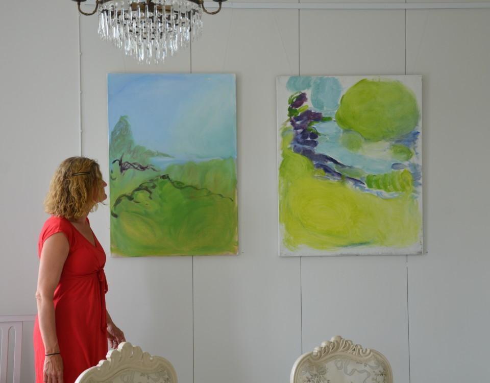 kvinna tittar på målningar