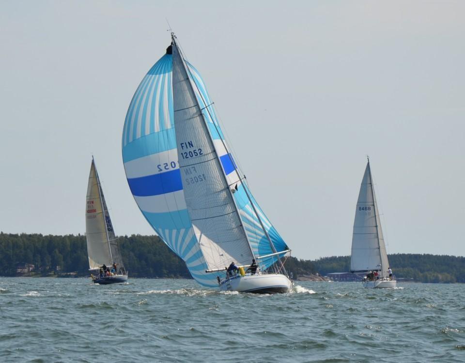 En segelbåt med färggrannt segel.