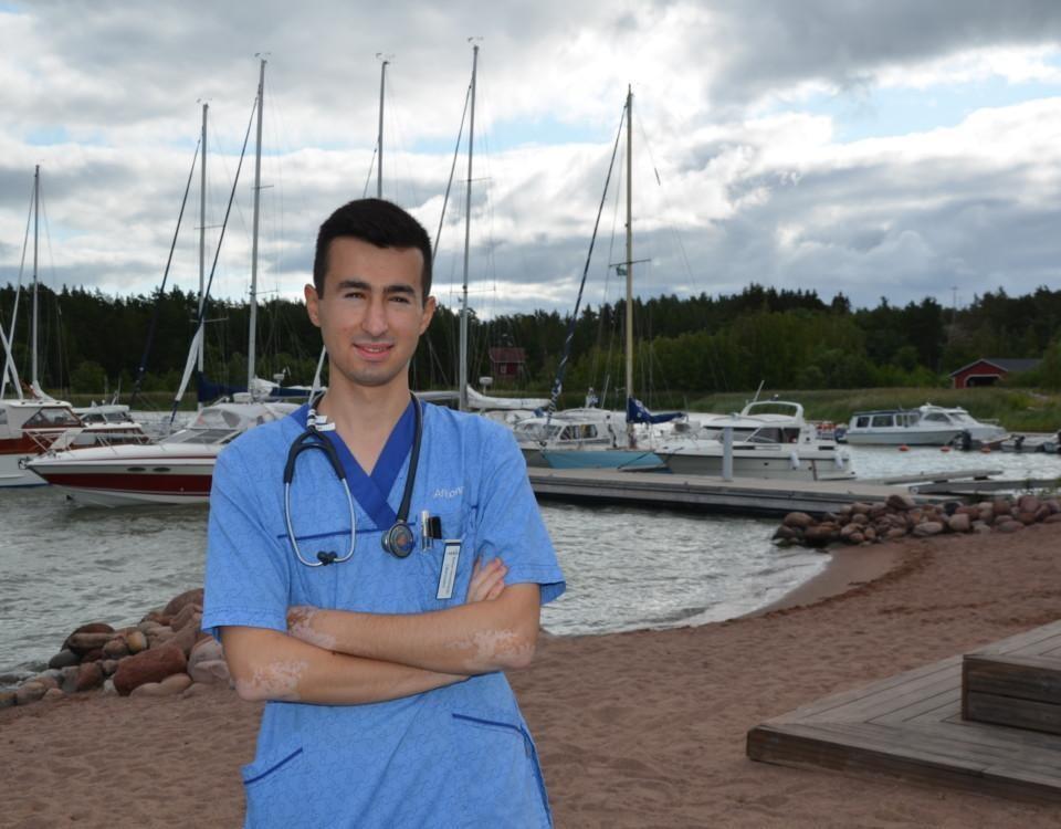 en sjukskötare vid en båthamn