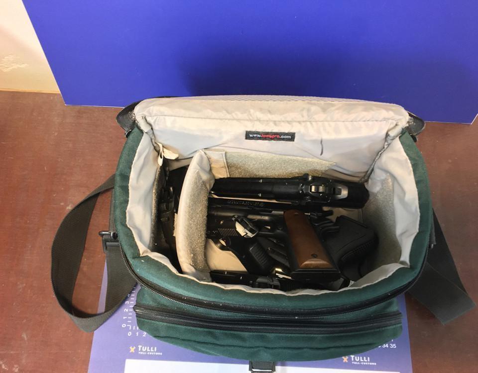 En väska fylld med skjutvapen.