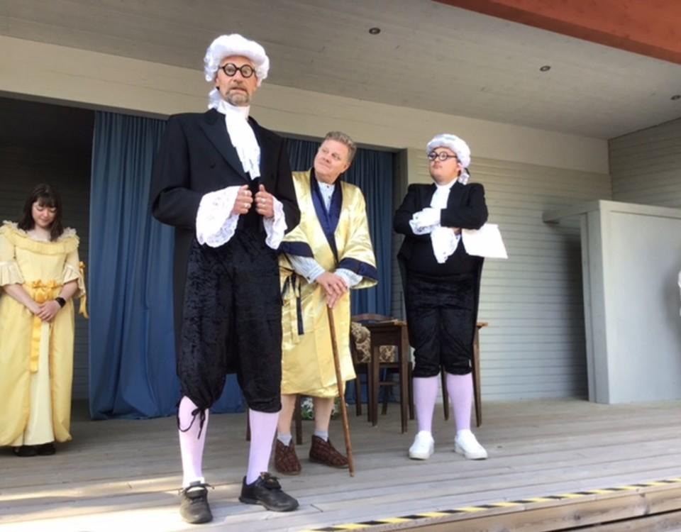 tre skådespelare på en scen