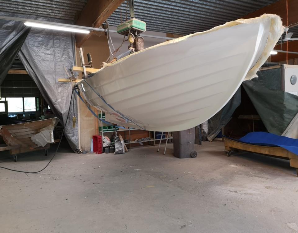en liten båt hänger på en ställning
