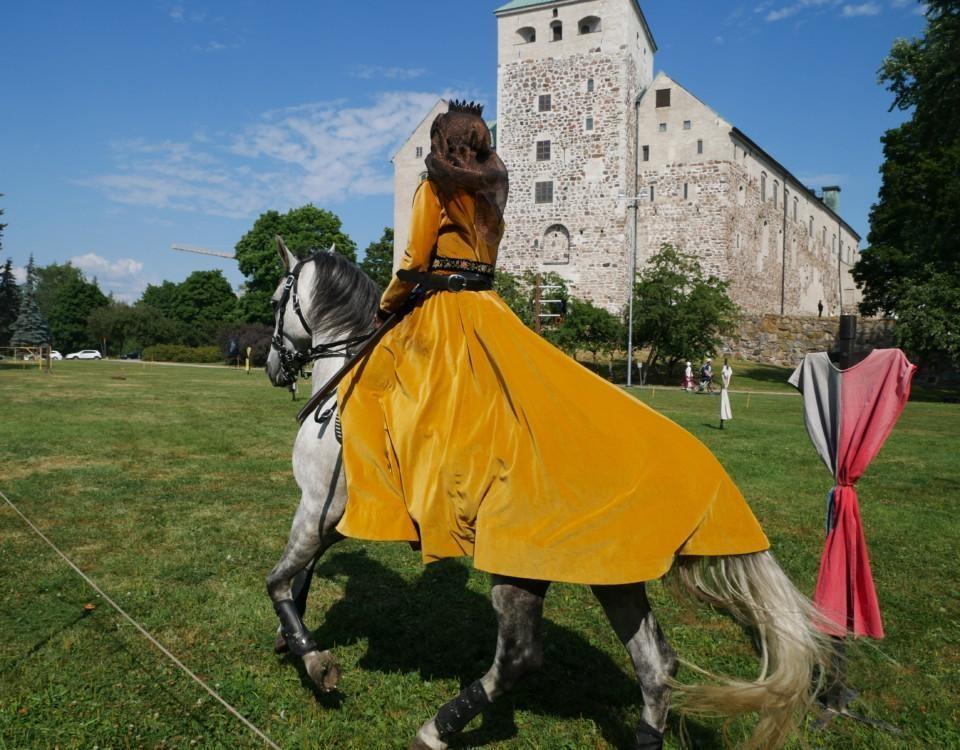 Utklädd kvinna på häst.