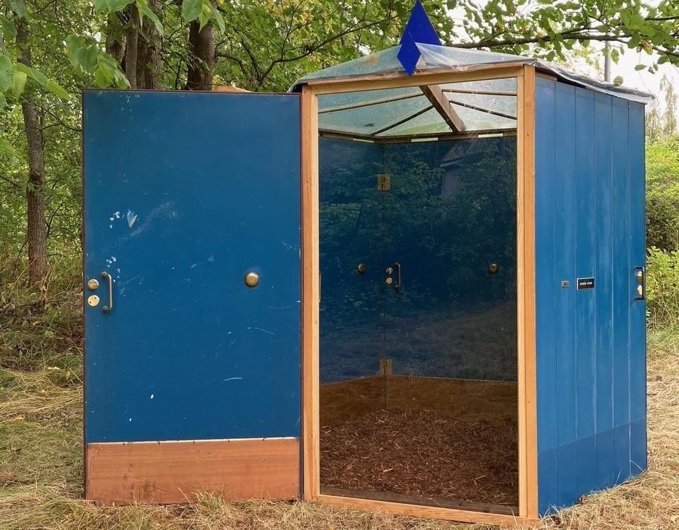 Ett litet galleri som består av blåa dörrar.