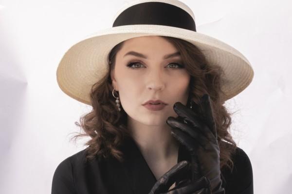 Ung kvinna i hatt.