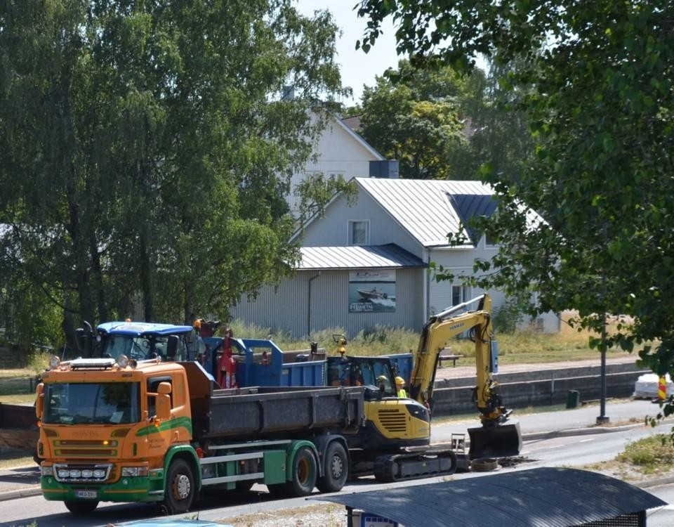 en lastbil och grävmaskin