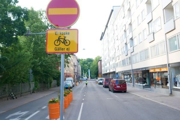 tom gata. i förgrunden trafikmärke som förbjuder motortrafik.