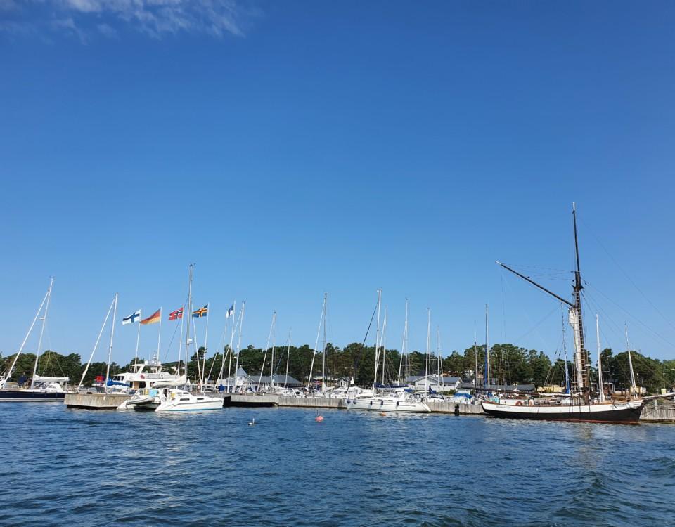 bild från havet mot gästhamn fylld med båtar