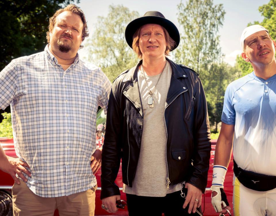 Tre män står på rad och ser fåniga ut. Pressbild av filmen.